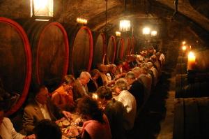 Weinprobe im Fasskeller